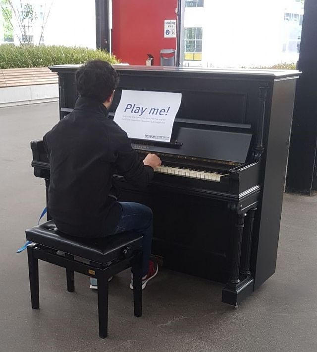 Piano's Vleugels Eindhoven plaatst een Play Me, I'm Yours piano op het TU/e terrein gebouw Metaforum